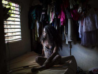Geisha Collins Paul, trabajadora del sexo transexual de 39 años, mira por la ventana de su dormitorio en Santo Domingo, República Dominicana. Desde que empezó la pandemia dejó de trabajar con regularidad debido a las restricciones impuestas para frenar la covid-19.