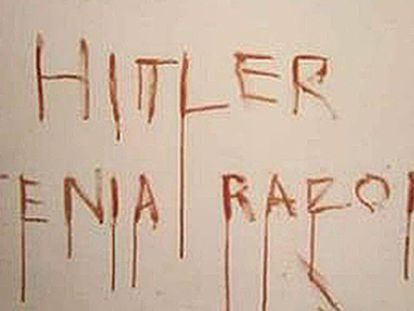 Pintada que hizo el asesino en la habitación donde cometió el crimen.