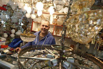 Rubén Céspedes, propietario de la tienda Lámparas Céspedes.