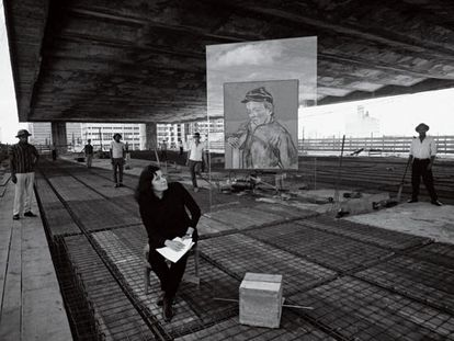 La arquitecta Lina Bo Bardi posa en 1967 en el espacio abierto de Masp, São Paulo (Brasil),  junto a una obra de Van Gogh creada por ella para la Pinacoteca de la institución.