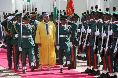 El rey Mohamed VI, durante su llegada el 2 de diciembre en Abuja (Nigeria) al palacio presidencial del jefe de Estado nigeriano.