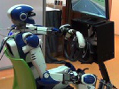 Investigadores europeos logran que un autómata humanoide maneje un coche en un simulador con sus manos al volante