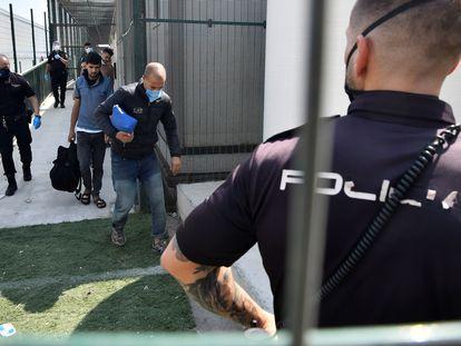 Agentes de la Policía Nacional esperan para trasladar a migrantes en Almería, el pasado miércoles.