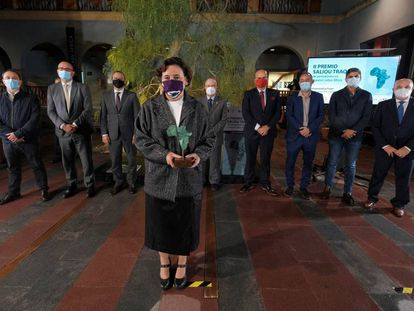Carla Fibla, en primer término, con su premio. Detrás, autoridades y los periodistas Nicolás Castellano y José Naranjo.