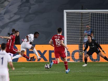 Vinicius dispara a puerta en su primer gol, este martes ante el Liverpool en el Alfredo di Stéfano.