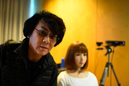 La ingeniera robótica japonesa Hiroshi Ishiguro posa junto a 'Erica' en IROS.