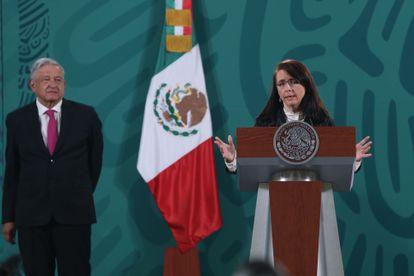 La directora del Consejo Nacional de Ciencia y Tecnología, María Elena Álvarez-Buylla, en rueda de prensa con el presidente Andrés Manuel López Obrador, este martes.