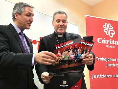El obispo de Bilbao, Mario Iceta (derecha), y el director de Cáritas Bizkaia, Carlos Bargos, en la presentación de la campaña de captación de vivienda.