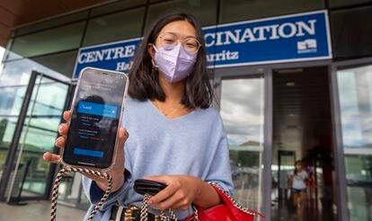 Julia Olano, que trabaja en Madrid, muestra en el móvil la cita para vacunarse en Biarritz (Francia).