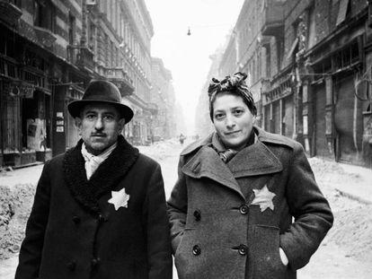 Una pareja judía en el gueto de Varsovia (Polonia), en 1942.