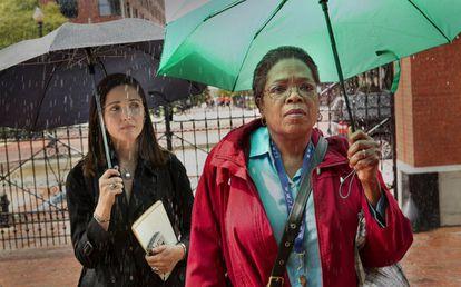 Rose Byrne y Oprah Winfrey en la película 'The Immortal Life of Henrietta Lacks'.