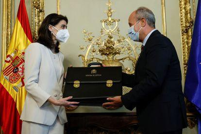 La nueva ministra de Justicia, Pilar Llop, recibe la cartera ministerial de manos de su antecesor en el cargo, Juan Carlos Campo, en un acto celebrado este lunes en la sede del ministerio.