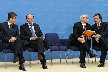 De izquierda a derecha, los presidentes de Bulgaria, Georgi Parganov, de Rumania, Traian Basescu, del Parlamento Europeo, Josep Borrell y de la Comisión Europea, José Manuel Duráo Barroso