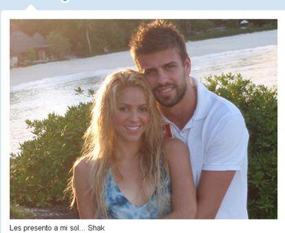 La cantante colombiana Shakira y su novio, el futbolista Gerard Piqué, posan juntos en una fotografía que ha publicado ella en su cuenta de Twitter