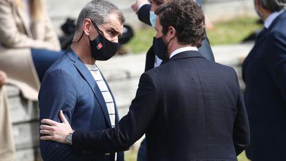Toni Cantó conversa con el líder del PP, Pablo Casado, durante la presentación de la candidatura del PP de Madrid para las elecciones a la Asamblea, el 31 de marzo.