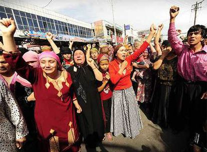 Miembros de la etnia uigur protestan contra el Gobierno chino por la brutal represión de las manifestaciones en las que han muerto al menos 156 personas.