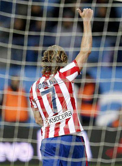 Forlán celebra su tanto ante el Espanyol.