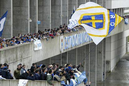 Seguidores del Real Oviedo, antes de un partido contra el Oviedo ACF disputado en Tercera 2005.