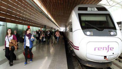 Viajeros de Barcelona bajan de un AVE de Renfe en la estación de Bilbao