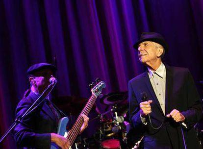 Leonard Cohen durante su actuación de ayer en el Palacio de los Deportes.