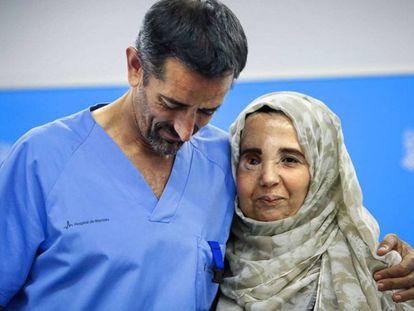 El doctor Cavadas con su paciente Samira Benhar.