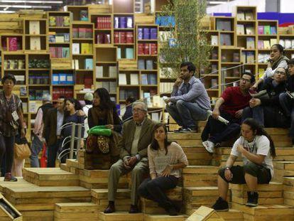Visitantes esperan en el pabellón dedicado a Israel en la Feria Internacional del Libro de Guadalajara (FIL).