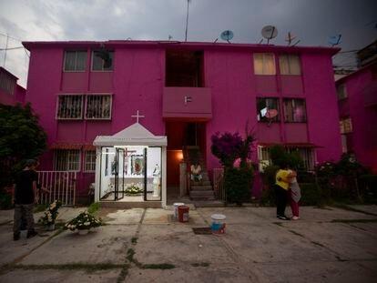 El altar y el patio de la vecindad del número 22 de la calle Peralvillo, en la colonia Morelos, Ciudad de México.