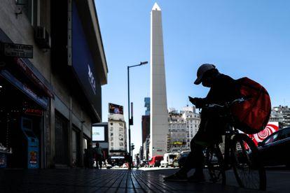 Un empleado de repartos espera trabajo, en febrero, en Buenos Aires (Argentina).