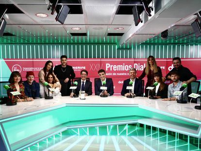 Desde la izquierda, el dúo Amaral; India Martínez; Mónica Naranjo; Antonio José; el presidente del Cabildo de Tenerife; Pedro Martín; el locutor y presentador televisivo Luis Larrodera; el responsable de cadenas musicales de PRISA Radio, Vicent Argudo; Edurne; Aitana; Funambulista; y Dani Fernández.