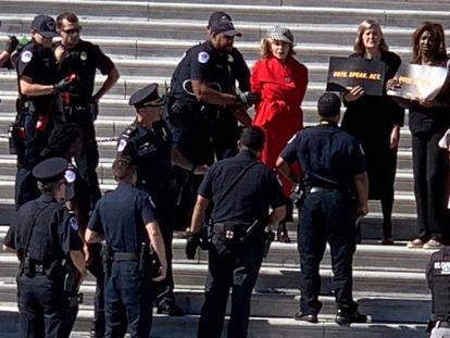 La policía detiene este viernes a Jane Fonda (de rojo) en las escalinatas del Congreso de EE UU, en Washington. En vídeo, el arresto.