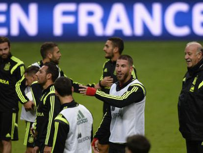 Del Bosque dirige a sus jugadores, en Oviedo.