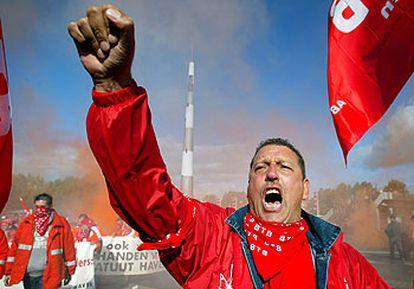 Un estibador belga protesta ayer contra la reestructuración del sector.  / AP