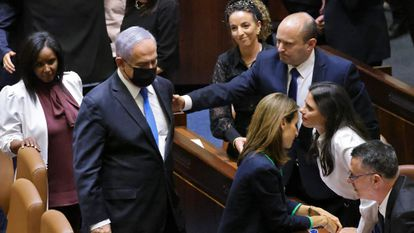 Naftali Bennett, nuevo primer ministro israelí, saludaba ayer a Benjamín Netanyahu en la Kneset (Parlamento), en Jerusalén.