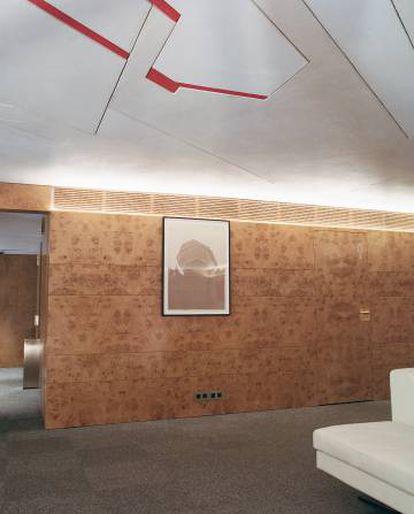 El techo del 'lobby' contiene la obra de arte más valiosa del edificio: un mural del artista abstracto Pablo Palazuelo.  