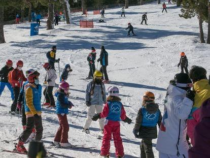 Un grupo de niños aprende a esquiar en las pistas del puerto de Navacerrada.