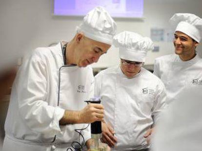 El chef Íñigo Murúa (a la izquierda) prepara un menú en el Basque Culinary Center de San Sebastián.
