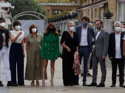 El reparto de 'Patria', en septiembre, en el festival de San Sebastián. Detrás, a la derecha, entre dos actores, de perfil, su 'showrunner', Aitor Gabilondo.