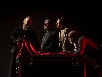 De izquierda a derecha, Josu Eguskiza, Anibal Soto, Inés Sánchez y Chema del Barco, en 'Seda'.