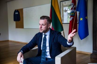 Gabrielius Landsbergis, ministro de Exteriores de Lituania, en un momentp de la entrevista este miércoles en su despacho. Foto Samuel Sánchez