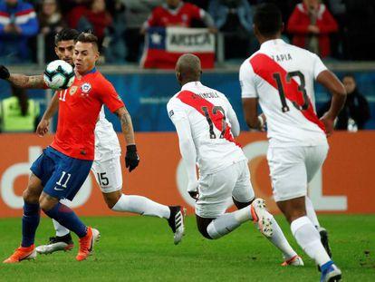Vargas controla el balón ante Advíncula y Tapia.