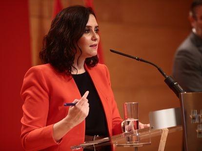 La presidenta madrileña, Isabel Díaz Ayuso, interviene en una rueda de prensa este lunes en la sede de la Comunidad.