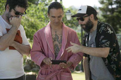 Los guionistas Luismi Pérez y Sergio Sarria, con el actor Arben Bajraktaraj (en el centro), en una pausa del rodaje de 'Nasdrovia'.