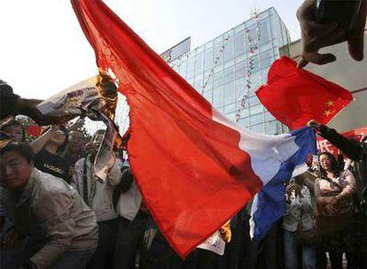 Manifestantes queman una bandera francesa frente a un supermercado Carrefour en Qingdao, al noreste de China.