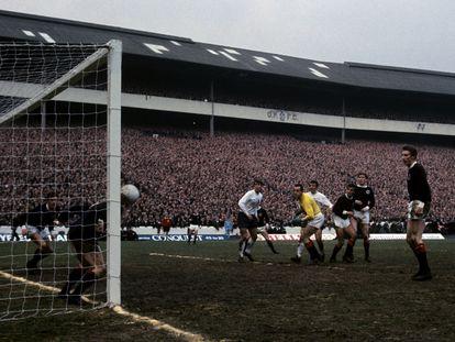 El escocés Bremner salva el balón sobre la línea en el partido contra Inglaterra del 68, en Hampden Park.