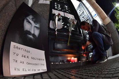 Un retrato de Santiago Maldonado y velas en la puerta de la morgue de Buenos Aires.