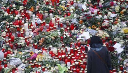 Altar improvisado cerca del mercado navideño en Berlín.