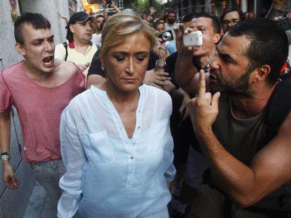 La delegada del gobierno, Cristina Cifuentes, increpada por los manifestantes en plena calle.