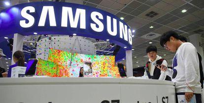 Visitantes utilizan dispositivos Samsung durante una feria de electrónica en Seúl.