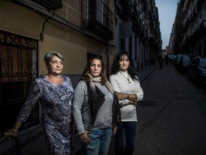 Desde la izquierda, Esther, Angelines y Toñi, afectadas por la deuda con la Agencia de Vivienda Social de la Comunidad de Madrid.