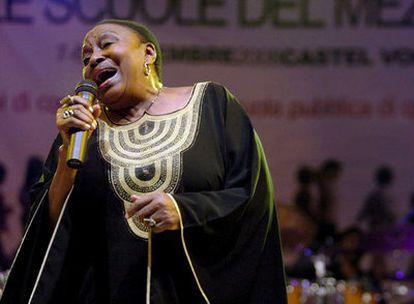 La cantante sudafricana Miriam Makeba durante su concierto en Castelvolturno, el último recital de su vida